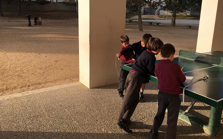 Els alumnes de Cicle Inicial mesuren el pati on juguen diàriament.